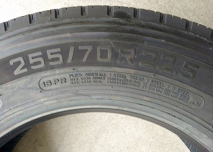 255/70R22.5 Size Low Profile Tires 17.5 - 22.5 Inch Diameter Large Load Capacity